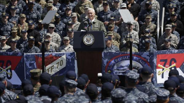 """4月19日,正在日本访问的美国副总统彭斯在""""罗纳德?里根""""号上发表演讲。"""