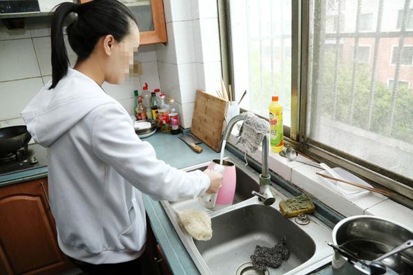 """2016年,小陈的父亲在工地上干活出了事故,失去了劳动能力,家庭的负担一下压到小陈身上。而小陈的两个妹妹都已经上了大学,一个大二,一个大三,家里每月的开销都要一万多元。当时急需钱的小陈,在网上看到了""""代孕""""的信息,并决定辞职,去上海试一试。"""