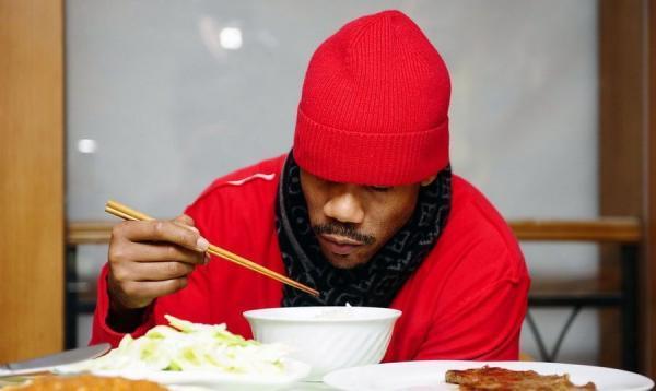 马布里熟练使用筷子。