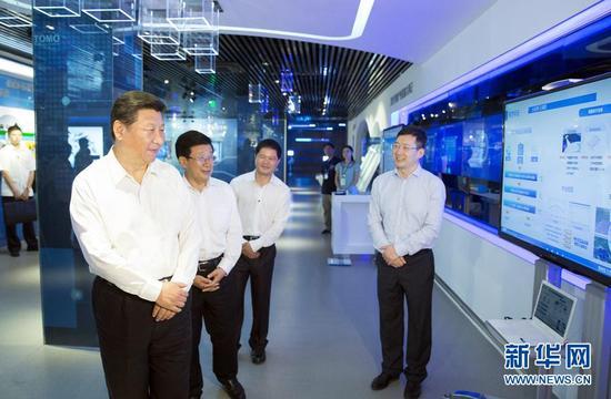 """——2015年9月23日,习近平参观美国微软公司总部。在微软公司前瞻技术展示中心,工程师向习近平夫妇展示了3D""""全息眼镜""""设计摩托车造型和美国气象数据可视化系统,以及中国公司运用微软技术生产的生态系统硬件产品。"""