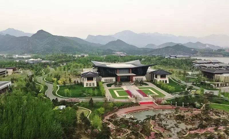 """4月的大运河森林公园,绿意盎然、生机勃发。这里是以穿城而过的京杭大运河为主线的带状城市森林公园,公园规划设计遵循""""以水为魂、以林为体、林水相依""""的理念,提出了实现北京城市副中心""""水韵林海、生态绿城""""规划愿景的规划策略。"""