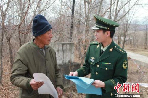 黑龙江饶河县发现成年雄性东北虎踪迹 脚印长13厘米 边防部门提供 摄