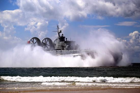中国海军新型气垫登陆艇。顾亚根/摄
