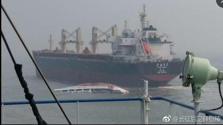 """据信德海事技术服务有限公司官方微信19日发布,据信德海事新闻驻广州联系人消息,4月18日,""""粤电57""""轮与""""中国海警3062""""船发生碰撞,""""中国海警3062""""船沉没,所幸船上8人被附近渔船救起,人员安全。"""