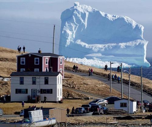 据报道,小镇Ferryland是观赏这座冰山的最佳地点。有当地居民称,这座冰山高40多米,大概是当地目前为止见到的最大的一座冰山,而且这座冰山在16日漂到当地后,就基本上不动了。