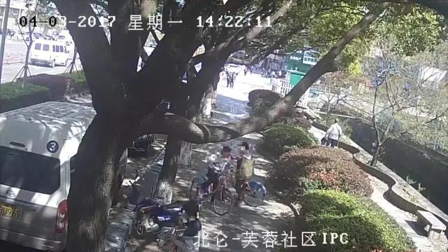 3个熊孩子破坏公共自行车 家长:要钱没有 抓走吧