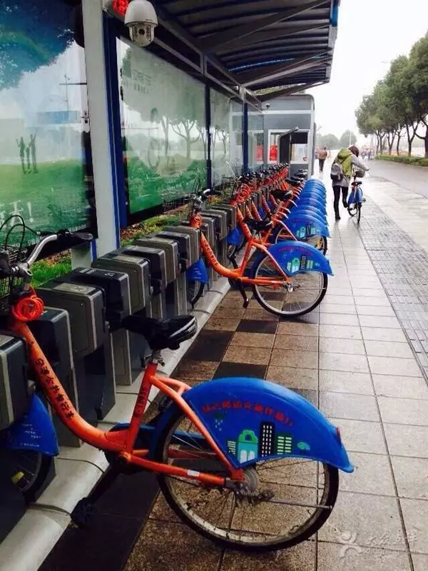 同时,他们打算与学校进行校企合作,将公共自行车网点作为未成年教育实践基地。具体来说,宁波市公共自行车公司将与当地部分中小学校联合开展公共自行车文明使用宣传教育活动,希望通过加强引导,营造文明有序的租车环境。