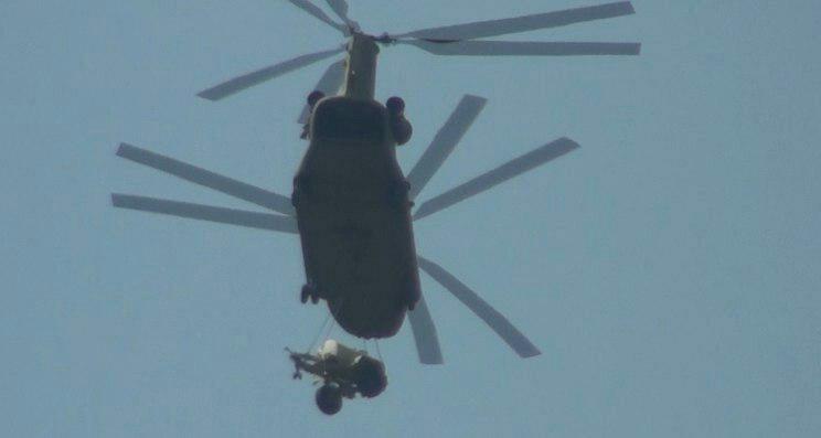 据海外网早前报道,当地时间11日下午,韩国庆尚北道星州郡星州高尔夫球场上方突然急速飞过8架CH-47支奴干直升机,据悉,直升机运输的是部署萨德所需的物资和设备,包括挖掘机、推土机等。军方称,选择用直升机空运,是为减少陆运与居民的摩擦。(编译/刘强)
