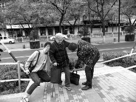 88岁老人摔倒两名学生将其扶起后抬回家
