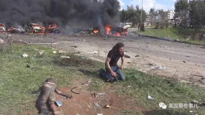 照片中跪地痛哭的男人叫Abd Alkader Habak,他是一位叙利亚的摄影师,原本他想用相机记录当下叙利亚的紧张局势。