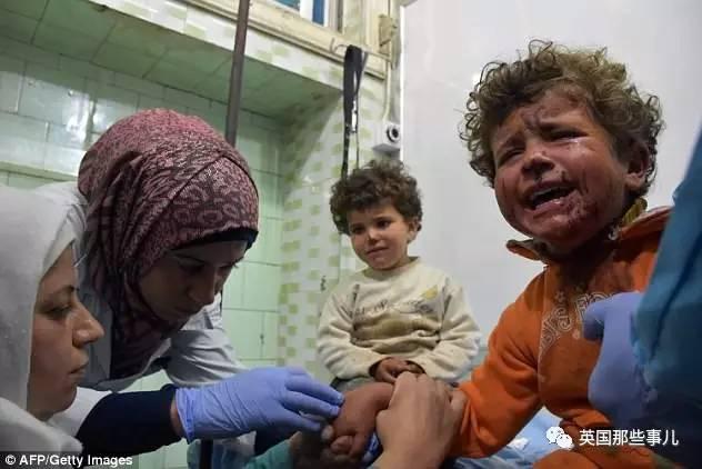 叙儿童受薯片引诱被炸死 摄影师飞奔抢救跪地痛哭