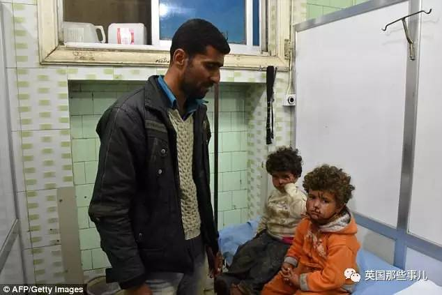 虽然已经撤离到了安全的地区,但是孩子的眼中满满的都是惊恐。