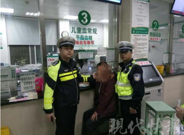 图为交警将男子带往医院抽血检测。交警供图