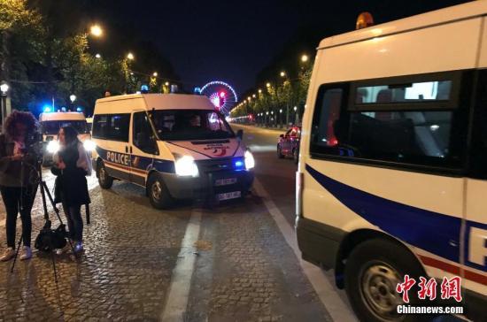 法国首都巴黎著名商业街香榭丽舍大道20日晚发生枪击事件,造成警察一死两伤,枪手也被警方开枪击毙。 图为警方封锁香榭丽舍大道周边地带。中新社记者 龙剑武 摄