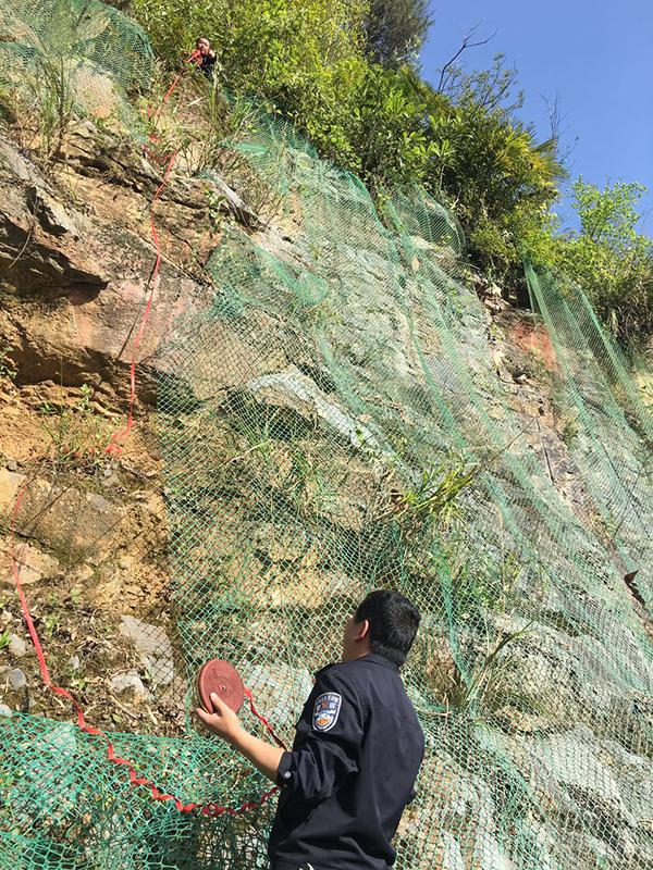 黄威与嫌犯黄某坠落的断崖。