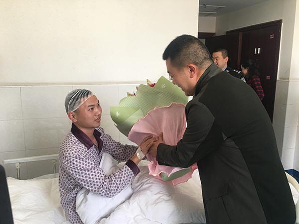 受伤入院后,公安局有关领导前去看望黄威。