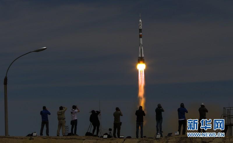 飞船发射前宇航员接受最后的体检。新华网发米赫耶夫