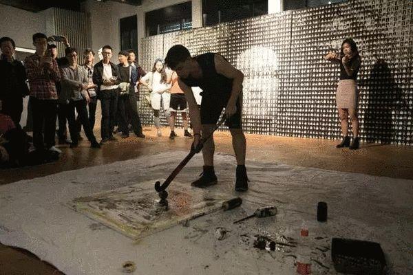 美籍嘉宾Zakea配合拉小提琴的搭档进行的现场作画