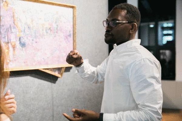 Benj Kinenga (刚果)在自己的作品前为观众讲解