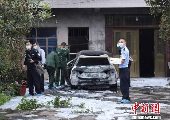 当地警方正在侦查遭纵火焚烧的轿车现场。台州市仙居县公安局 供图