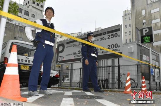 之前一天在日本的另一大城市福冈的核心闹市天神,刚刚发生了一起数亿日元巨款遭抢事件,到目前尚未有实质性破案进展,就连被警方现场目击和无数监控镜头拍到的作案用车,也未能找到。而次日在东京的繁华闹市,光天化日之下再度发生同类劫案,令坊间一片哗然。事发现场,警方拉起的黄色警戒线外,站着不少神情惊讶的围观者。