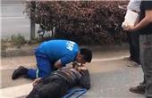 男子被撞昏 小伙人工呼吸