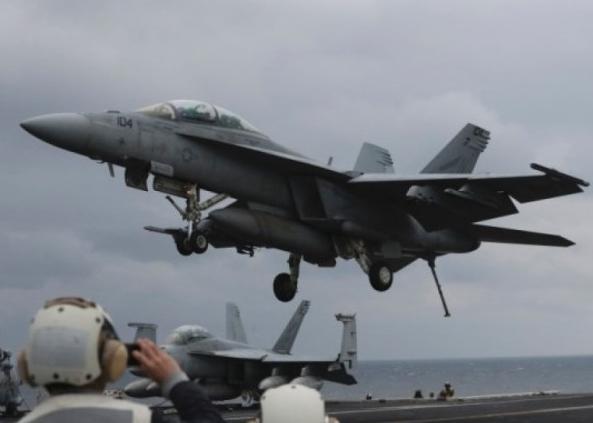 """美航母""""卡尔文森""""号北上朝鲜遭遇不利 一战机失事"""