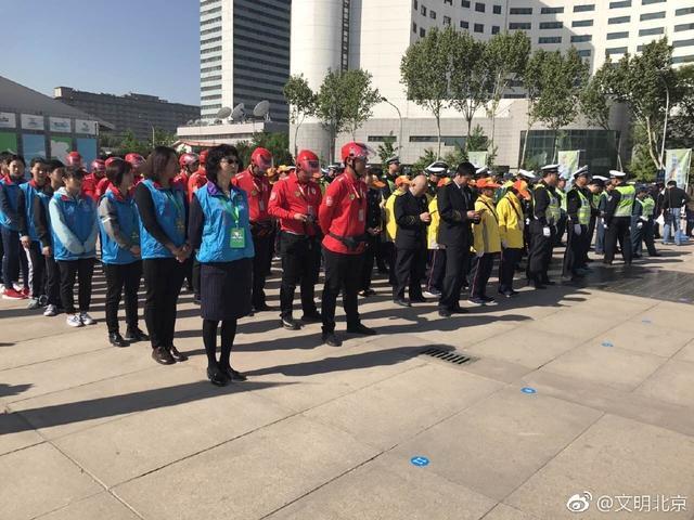 """4月22日让座日上午9点,""""礼在北京 让出文明―市民爱心斑马线专项行动""""启动仪式在中华世纪坛广场举办。此次专项行动是由首都文明委主办,市委宣传部、首都文明办、市直机关工委、市交通委、市公安交通管理局、团市委、公交集团共同承办的。目的就是通过深入开展专项行动,启发市民提升礼让意识,养成守序的生活习惯,滋养社会礼让互爱之心,让""""礼让守序""""成为北京人的新时尚,为建设国际一流的和谐宜居之都创建良好的人文环境。市委副秘书长郭广生、首都文明办主任滕盛萍,各承办单位有关领导、各区文明办主任、交警支队负责人,以及交通民警、公共文明引导员、社会志愿者、交通参与企业代表和中央及市属媒体代表200余人参加了启动仪式。"""