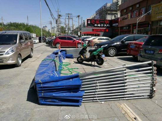 大风刮翻北京一处简易棚一名路过女子被砸身亡