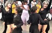 小伙穿女装与大娘跳广场舞