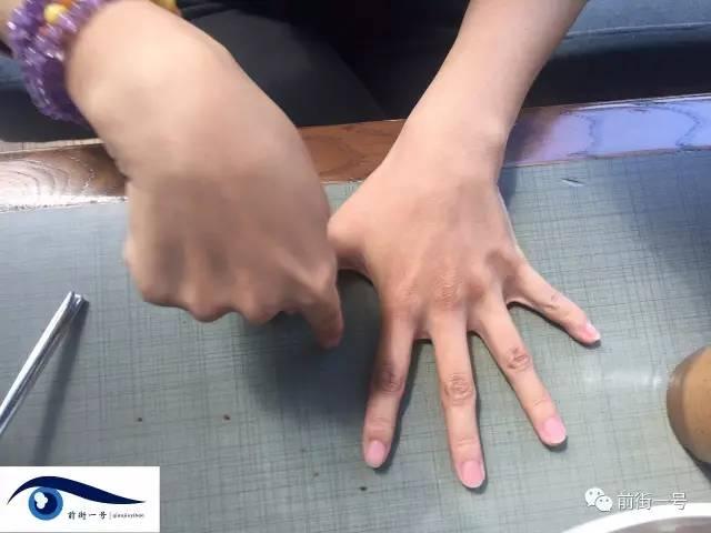 童亚萍向记者演示人们在屋里玩的戳手指游戏