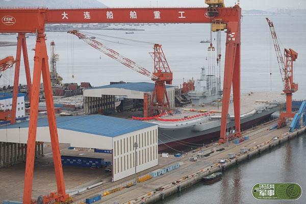 首艘国产航母船体插上红旗 现场围观军迷兴奋