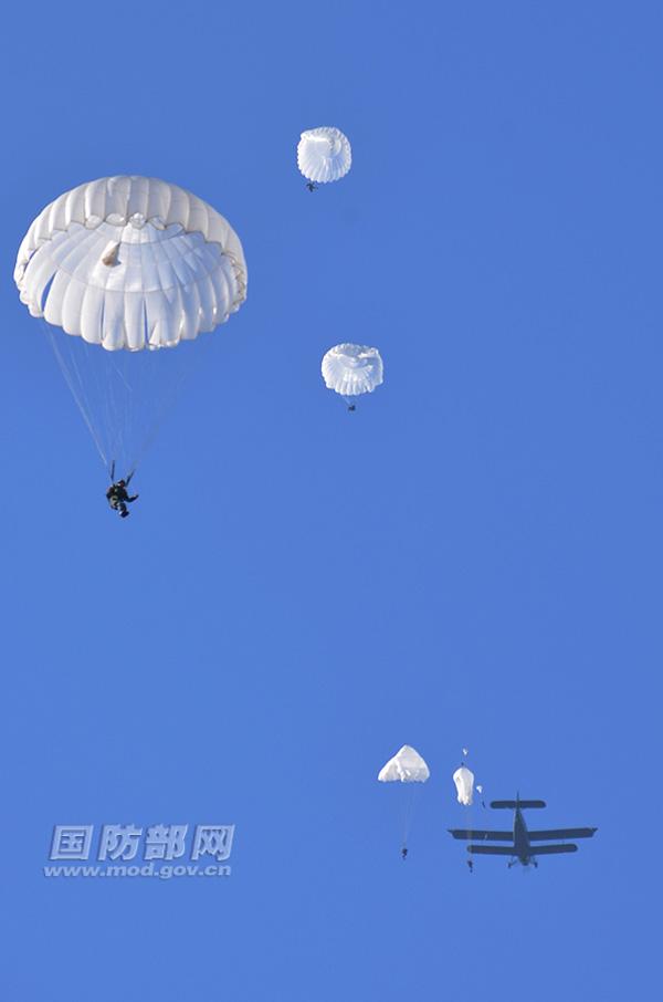 再见运5!中国空降兵跳伞训练机进入运12时代