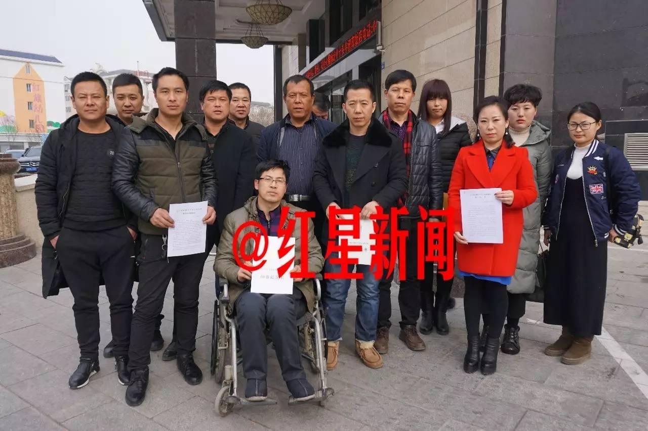 数十位被告人及其家属正在努力申诉,此为其中部分人合影