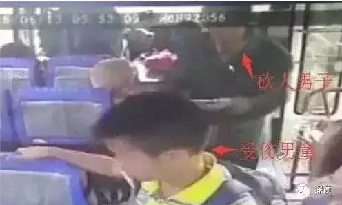 受伤的小孔和贺正平相继上了中巴车 车上监控截图