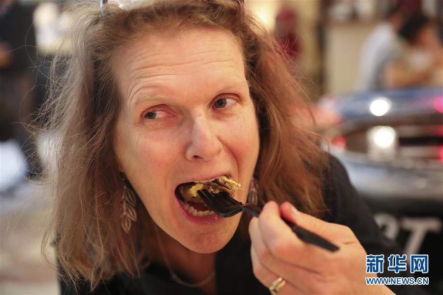 4月20日,在美国纽约,老金在店里制作煎饼。 新华社记者 王迎