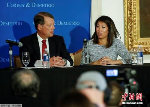 遭暴力驱逐的美国联合航空公司亚裔乘客陶大卫的女儿和代表律师,4月13日在芝加哥工会联盟俱乐部召开新闻发布会,公布了陶大卫的伤情,并表示在调查工作完成后将提起诉讼。