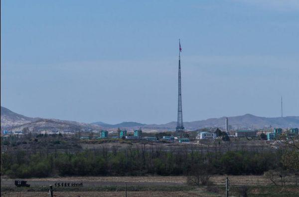 """从朝鲜半岛非军事区里的韩国样板村""""自由之村""""看到的景象。(美国《纽约时报》网站》)"""