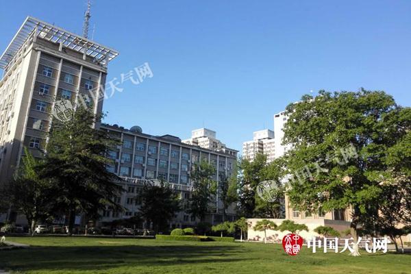 今晨,北京春光明媚,天空湛蓝。