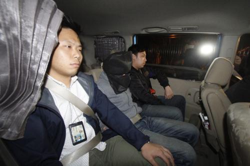 涉富强苑停车场纵火案,其中一名被捕男子带署调查。香港《大公报》。