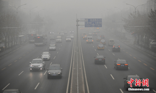 资料图:2021-02-26,北京遭遇当年最严重的污染过程。部分监测站点PM2.5浓度出现超过900微克/立方米的极端峰值。 中新网记者 李卿 摄