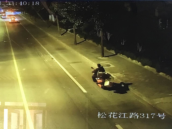 道路监控拍下了闵某运赃身影。 警方供图