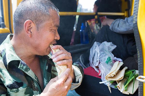 化州功夫头山东农民工带60斤煎饼外出打工 午餐