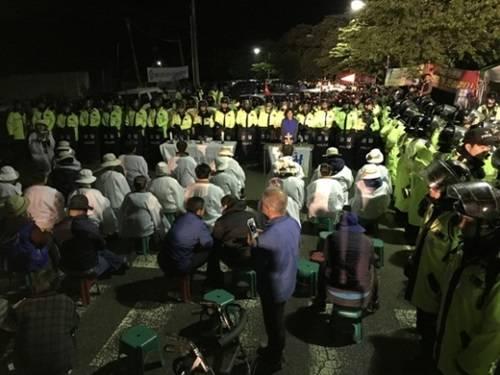在把萨德搬运到星州高尔夫球场过程中,当地居民和警察发生对抗冲突图据网络