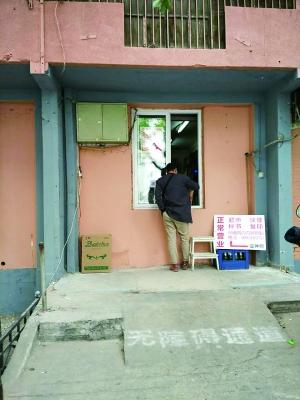 """北京晨报现场新闻(记者 郭丹)近日,西城区南礼士路一带整治""""开墙打洞""""令许多市民拍手称快,不过有人发现,虽然堵住了大门,但一些商户变窗为门,继续经营(见图)。对此,月坛街道办事处表示,整治工作尚未完工,会陆续为改造后的窗户安装铁栅栏,杜绝问题复发。"""