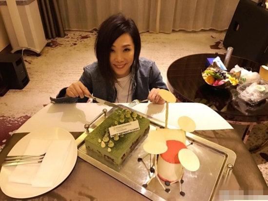 林忆莲切生日蛋糕