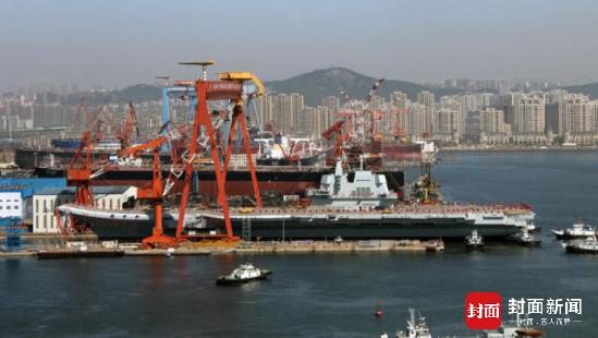 图说:从4月26日发布的照片上可以看到,就在航母船坞的旁边,连续两个船坞都在建造大型民用轮船。
