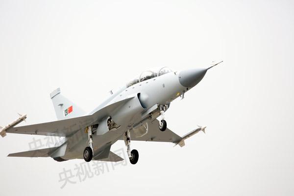 今天上午,我国最新一型枭龙战斗机——枭龙双座战斗教练机在成都首飞成功,该机型是在我国枭龙单座战斗机基础上研制开发,具备实战和教学多种功能于一体的轻型战斗机,也是当今国际军用战斗机市场上性价比较高、具有超视距空战和精确对地打击能力的第三代轻型多用途双座战斗教练机。基于枭龙飞机问世以来的卓越表现、以及枭龙双座机高性价比等优势,枭龙双座机在研制过程中就已经获得了国外订单。