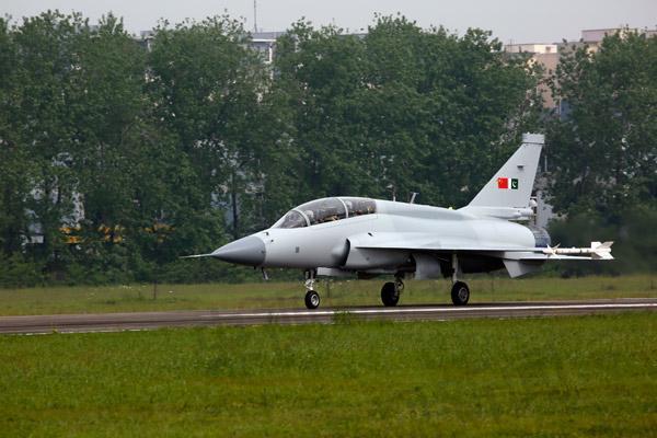 我国最新型枭龙战斗机——枭龙双座型今首飞成功