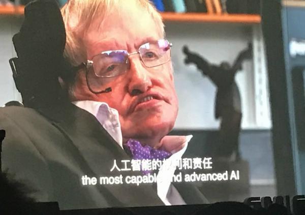 4月27日,著名物理学家史蒂芬・霍金在北京举办的全球移动互联网大会上做了视频演讲。在演讲中,霍金重申人工智能崛起要么是人类最好的事情,要么就是最糟糕的事情。他认为,人类需警惕人工智能发展威胁。因为人工智能一旦脱离束缚,以不断加速的状态重新设计自身,人类由于受到漫长的生物进化的限制,将无法与之竞争,从而被取代。